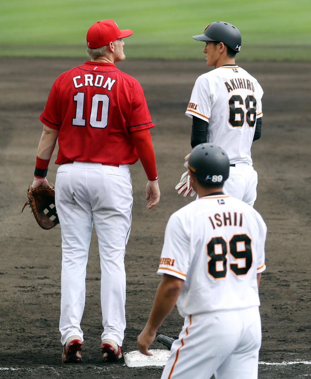 巨人対広島 4回裏巨人無死、左前打を放った202センチの秋広(右)に背伸びして張り合う195センチのクロン(撮影・狩俣裕三)
