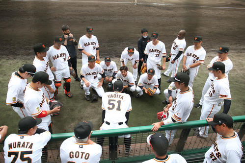 巨人対広島 試合前の円陣で声出しする八百板(撮影・狩俣裕三)