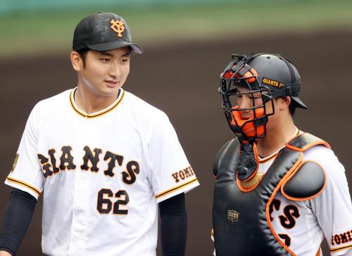 巨人対広島 3回表を終え、小林(右)と話をしながらベンチに戻る横川(撮影・狩俣裕三)