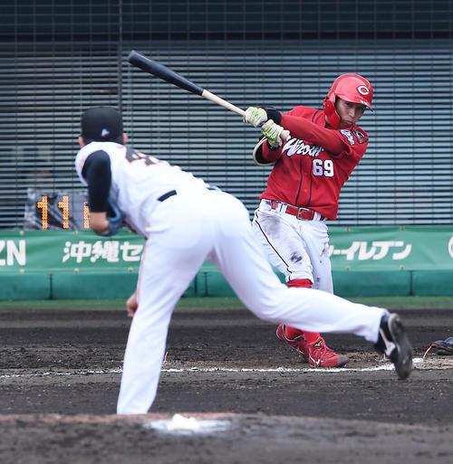 巨人対広島 7回表広島2死一、二塁、羽月は右前適時打を放つ。投手畠(撮影・前岡正明)