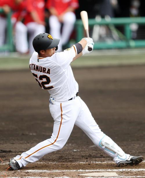 巨人対広島 7回裏巨人1死満塁、2点適時打を放つ北村(撮影・狩俣裕三)