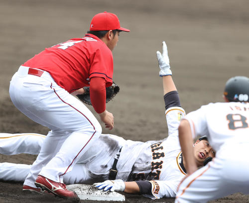 巨人対広島 7回裏巨人1死一、捕手中村奨のけん制球で必死に一塁へ戻る北村(右)。左は林(撮影・狩俣裕三)