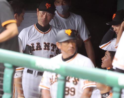 巨人対広島 1回表を終え、小林(左)と話をする菅野(右下)。中央は桑田投手チーフコーチ補佐(撮影・狩俣裕三)