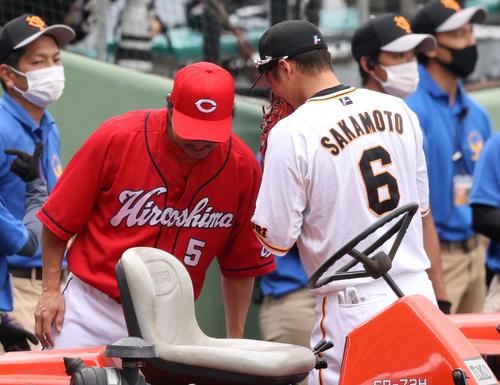 巨人対広島 試合前、ヒソヒソ話をする長野(左)と坂本(撮影・狩俣裕三)