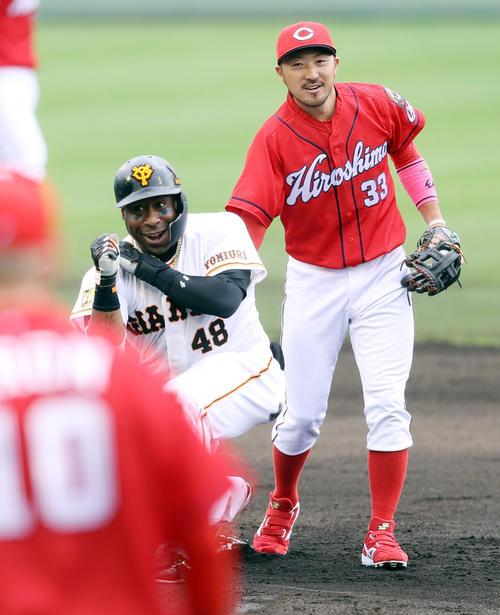 巨人対広島 3回裏巨人2死三塁、適時二塁打を放ちポーズを決めるウィーラー(左)。右は菊池涼(撮影・狩俣裕三)