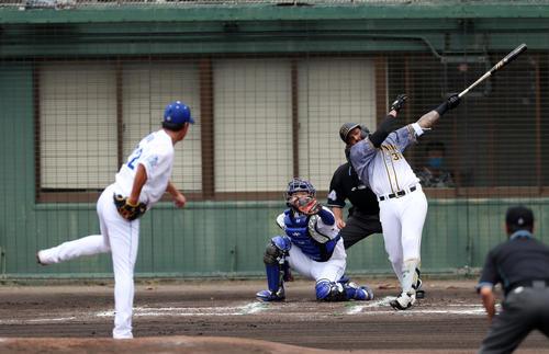 中日対阪神 1回表阪神1死満塁、マルテは左線適時二塁打を放つ、左は大野雄(撮影・加藤哉)