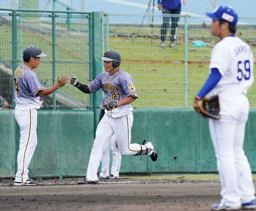 6回表阪神2死一、三塁、左越え3点本塁打を放った小野寺暖(撮影・森本幸一)