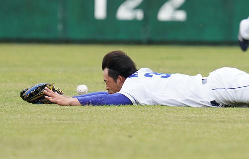練習試合・中日対阪神 1回表阪神無死、近本光司の打球に飛びつくも捕球できない三好大倫(撮影・森本幸一)