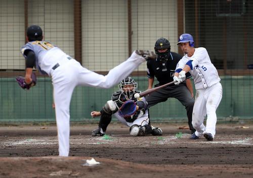 中日対阪神 4回裏中日1死三塁、阿部は左前適時打を放つ、、左は藤浪(撮影・加藤哉)
