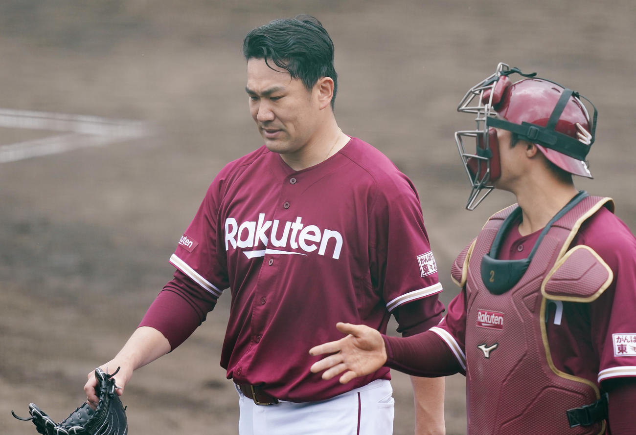 ヤクルトとの練習試合に先発し、2回の投球を終え捕手太田(右)と話しながらベンチに戻る楽天田中将(撮影・菅敏)