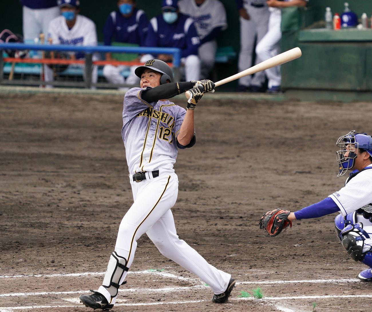 6回表阪神2死一、三塁、左越えに3点本塁打を放つ小野寺(撮影・清水貴仁)
