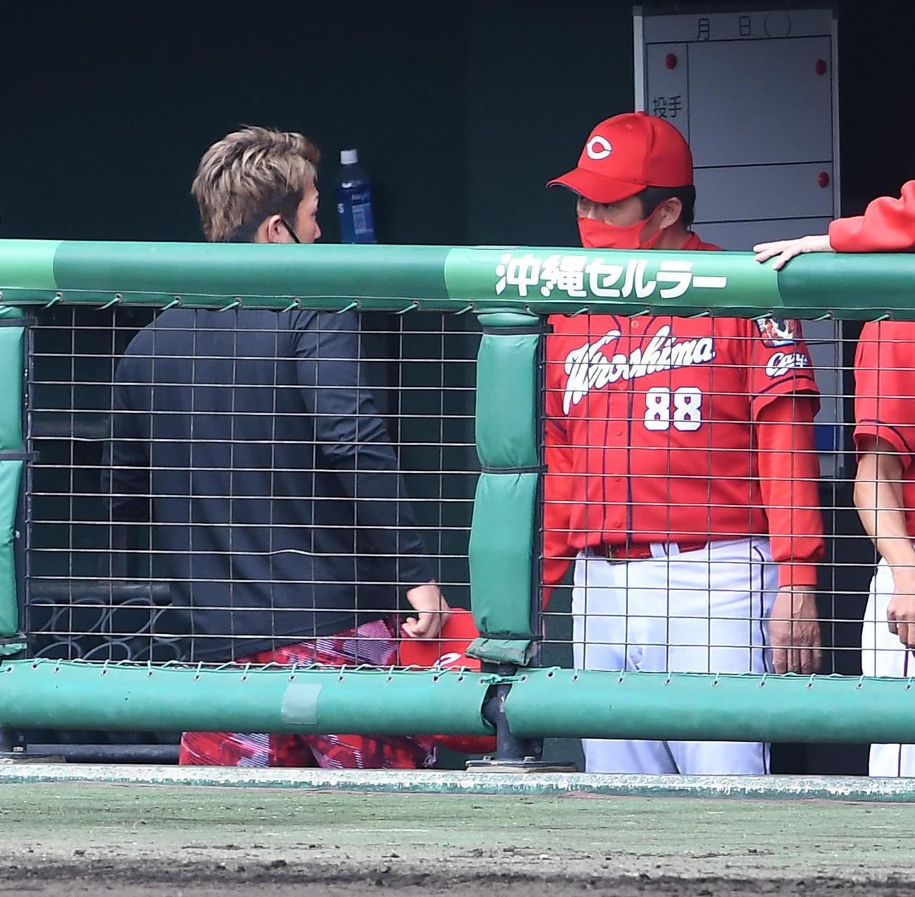 試合後、佐々岡監督(右)に死球の箇所の説明をする鈴木(撮影・前岡正明)