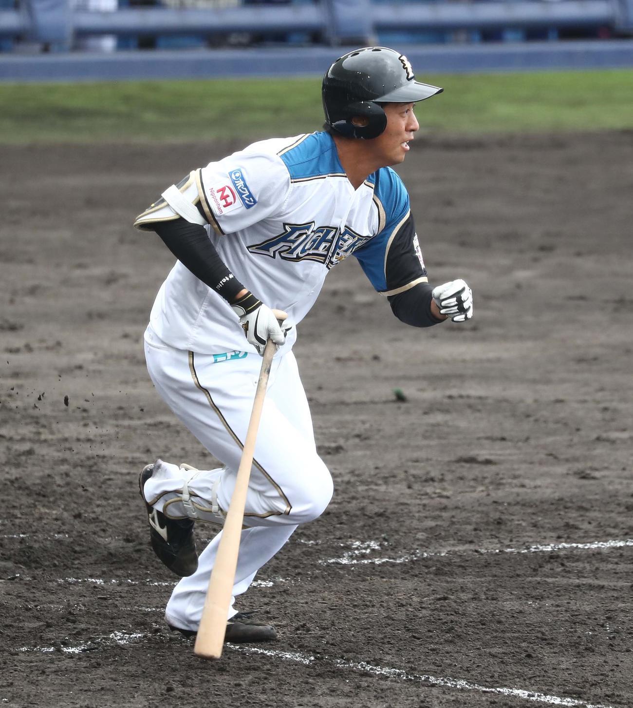 練習試合 日本ハム対DeNA 7回裏日本ハム1死一塁、投手強襲安打を放つ古川(撮影・黒川智章)