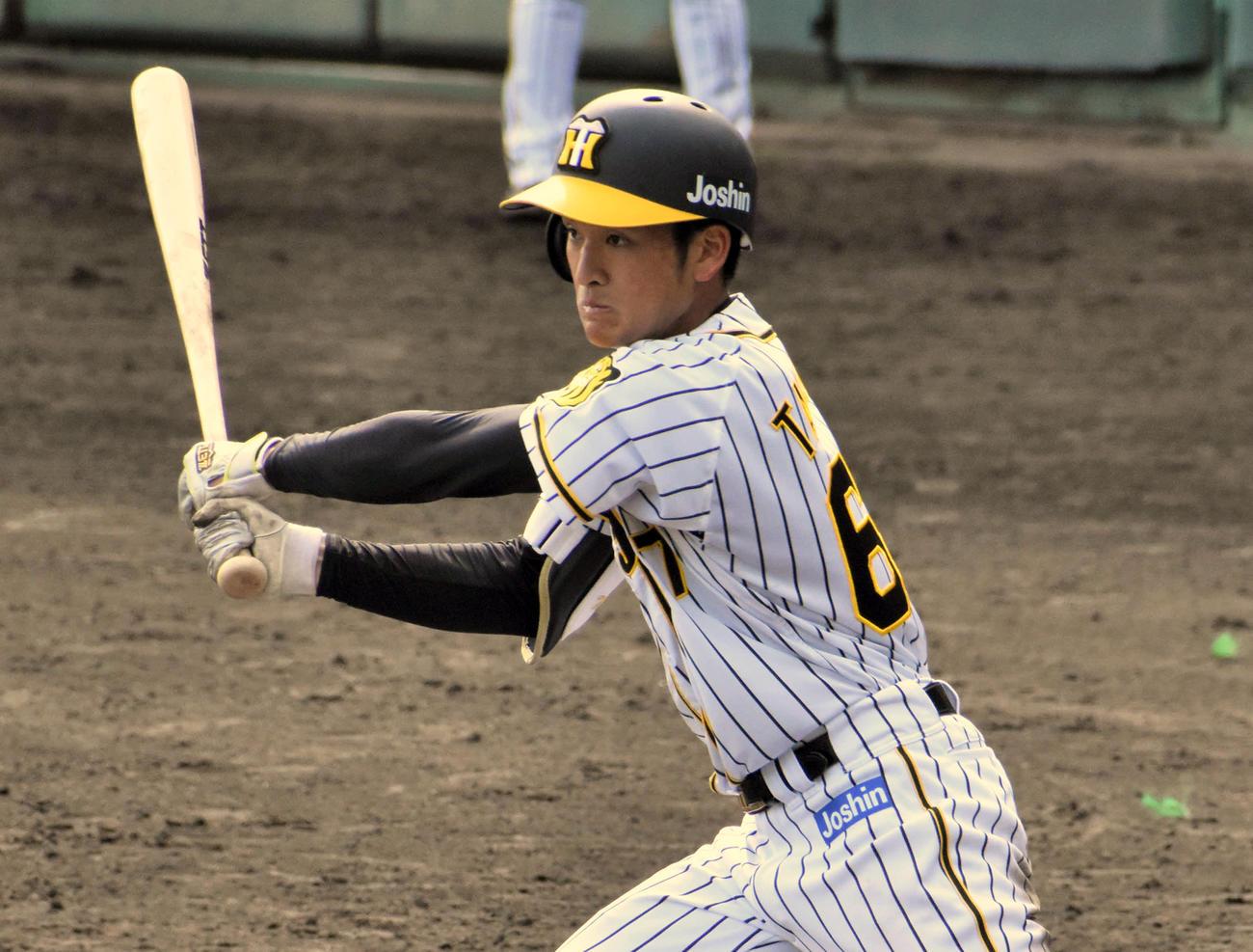 7回2死一、二塁、三塁強襲の内野安打を放つ高寺(撮影・只松憲)