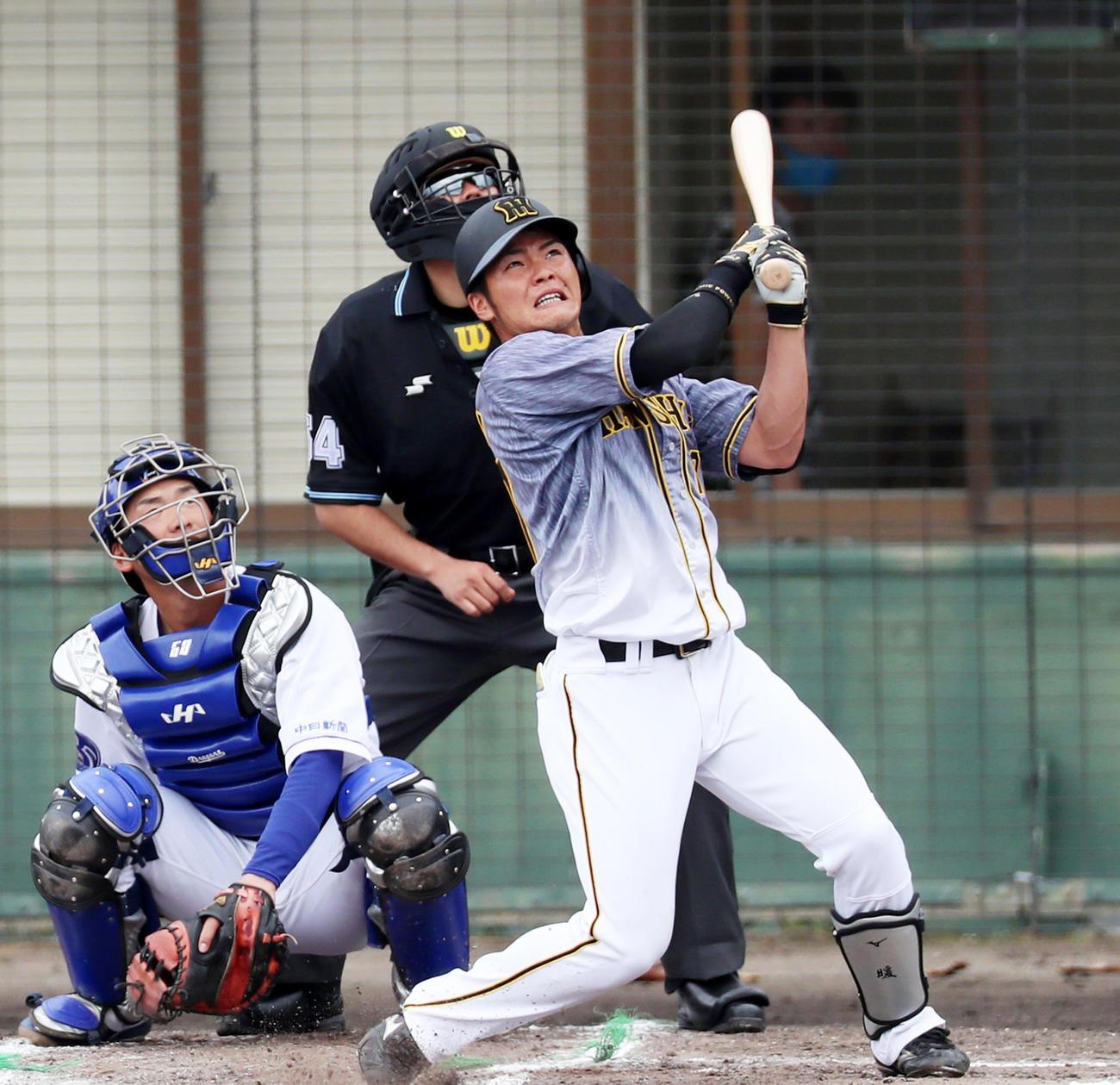 6回表阪神2死一、三塁、小野寺は左越え3点本塁打を放つ(撮影・加藤哉)