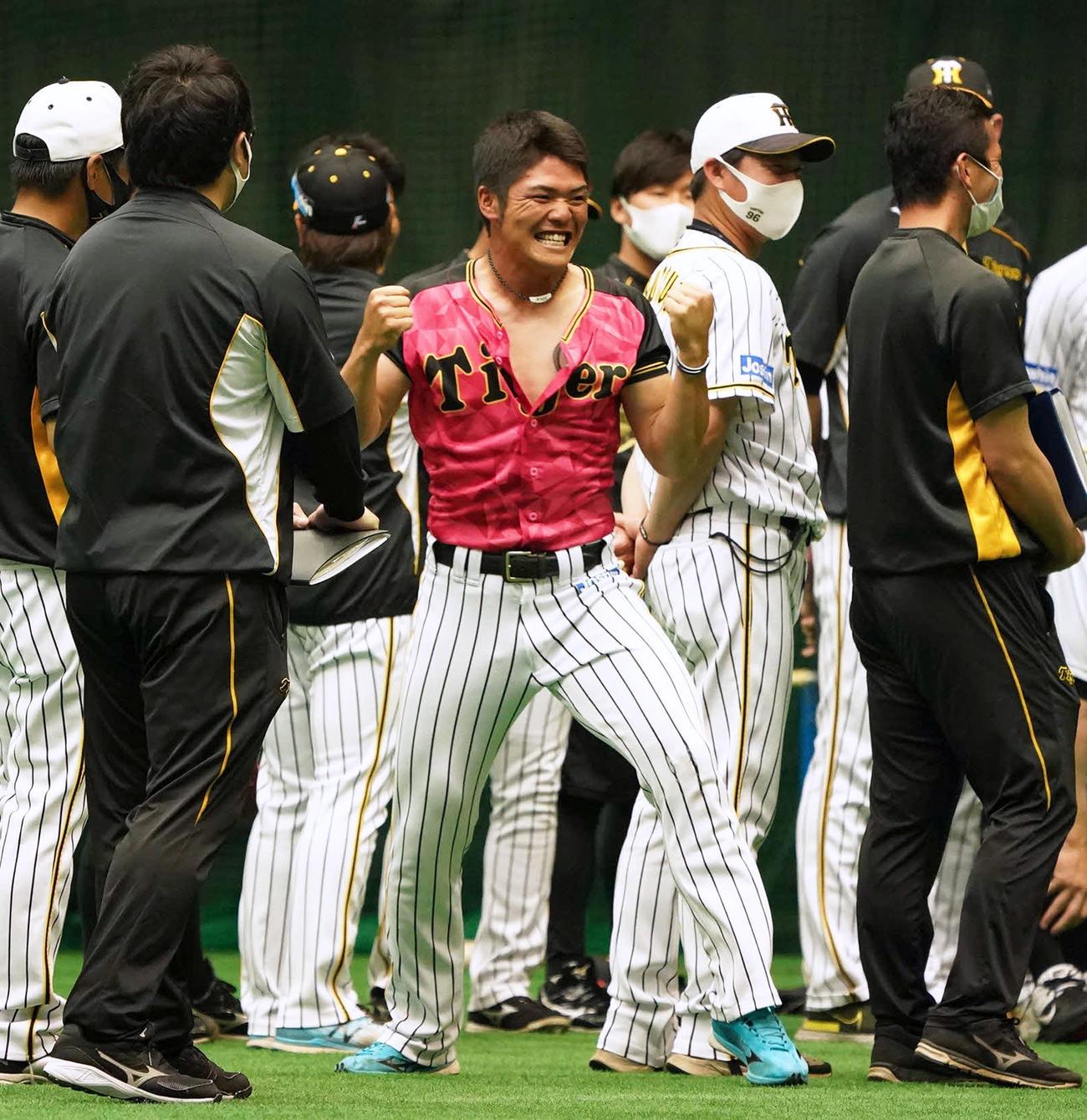 25日、一日主将のあいさつで小野寺は北川コーチのサヨナラ本塁打の場面をまねる(撮影・清水貴仁)