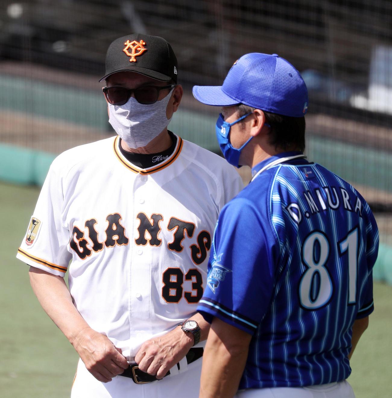 巨人対DeNA 試合前、談笑する原監督(左)と三浦監督(撮影・狩俣裕三)