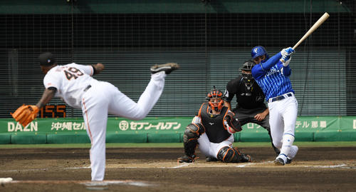 巨人対DeNA 8回表DeNA1死二塁、左前適時打を放つ伊藤光(撮影・横山健太)