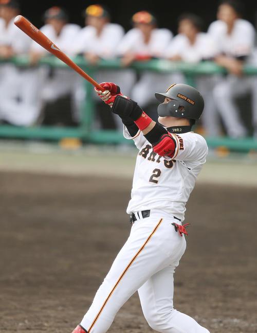 巨人対DeNA 9回裏巨人2死一塁、2点本塁打を放つ陽(撮影・狩俣裕三)
