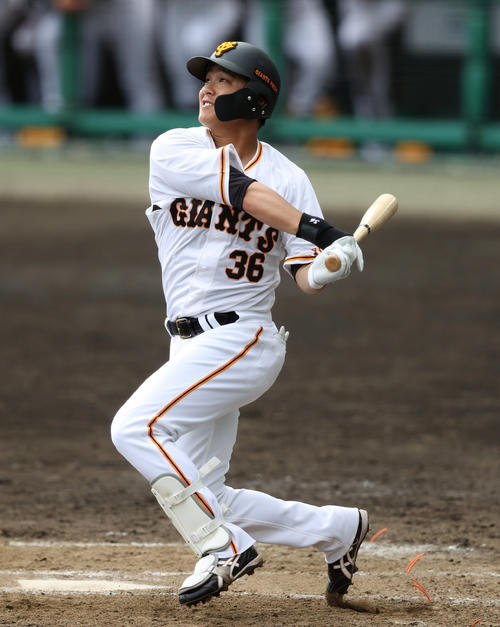 巨人対DeNA 9回裏巨人2死、ソロ本塁打を放つ石川(撮影・狩俣裕三)