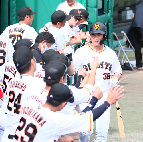 巨人対DeNA 9回裏巨人2死、左中間への本塁打を放った石川はナインにタッチで迎えられる(撮影・足立雅史)