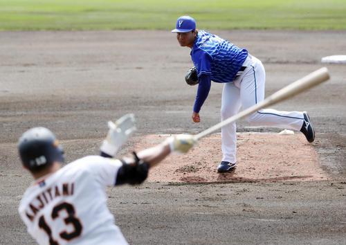 巨人対DeNA 1回裏巨人無死、梶谷に二塁打を打たれる浜口(撮影・狩俣裕三)