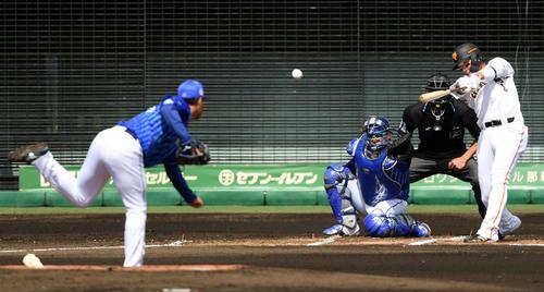 巨人対DeNA 1回裏巨人無死二塁、右前適時打を放つ坂本(撮影・横山健太)
