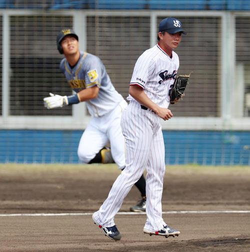 ヤクルト対阪神 1回表阪神1死一塁、木沢は佐藤輝に左越え適時二塁打を打たれ失点する(撮影・加藤哉)