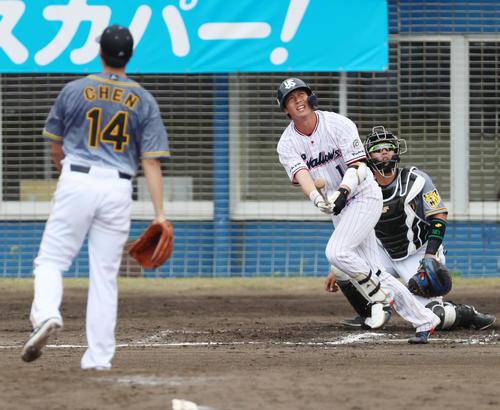 ヤクルト対阪神 1回裏ヤクルト2死、山田は左越え本塁打を放つ、左はチェン(撮影・加藤哉)