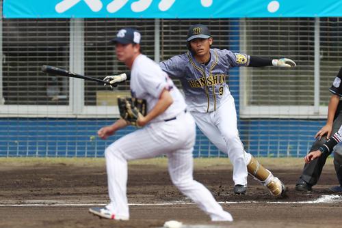 ヤクルト対阪神 1回表阪神2死二塁、高山は中前適時打を放つ、左は木沢(撮影・加藤哉)