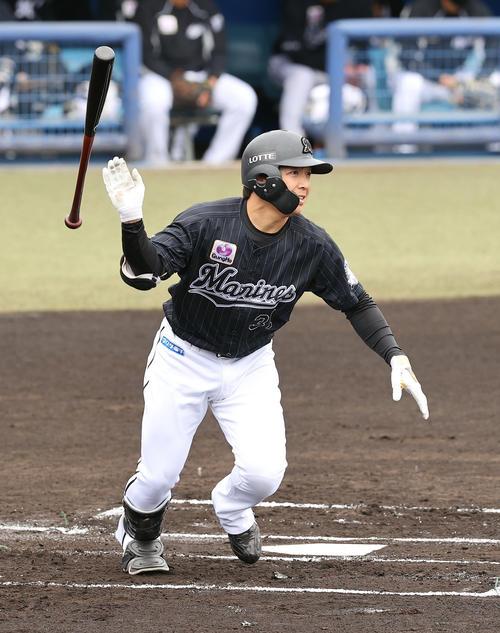 西武対ロッテ 1回表ロッテ1死一、三塁、右翼線に適時二塁打を放つ菅野(撮影・垰建太)