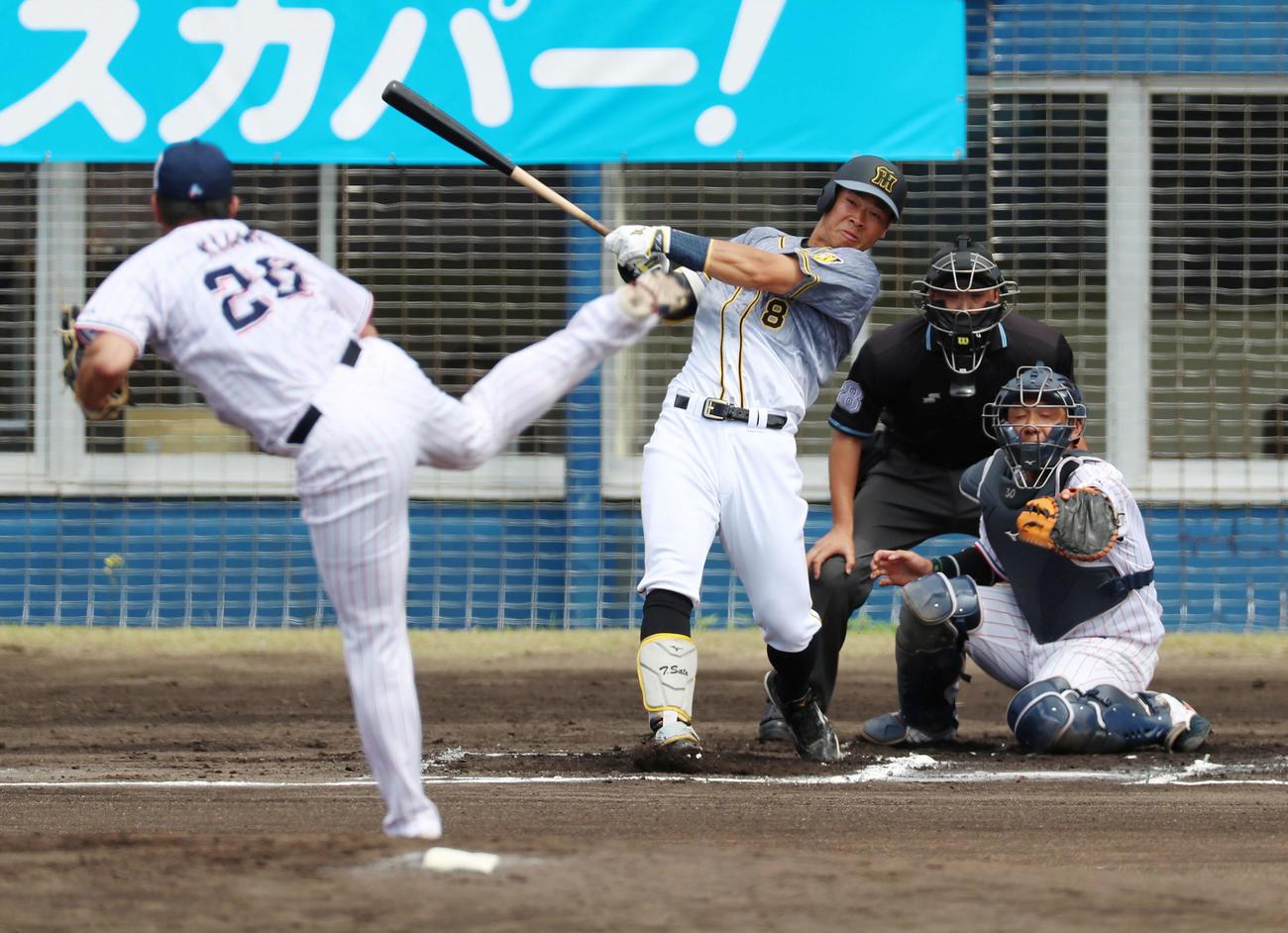 ヤクルト対阪神 1回表阪神1死一塁、佐藤輝は左越え適時二塁打を放つ、左は木沢(撮影・加藤哉)
