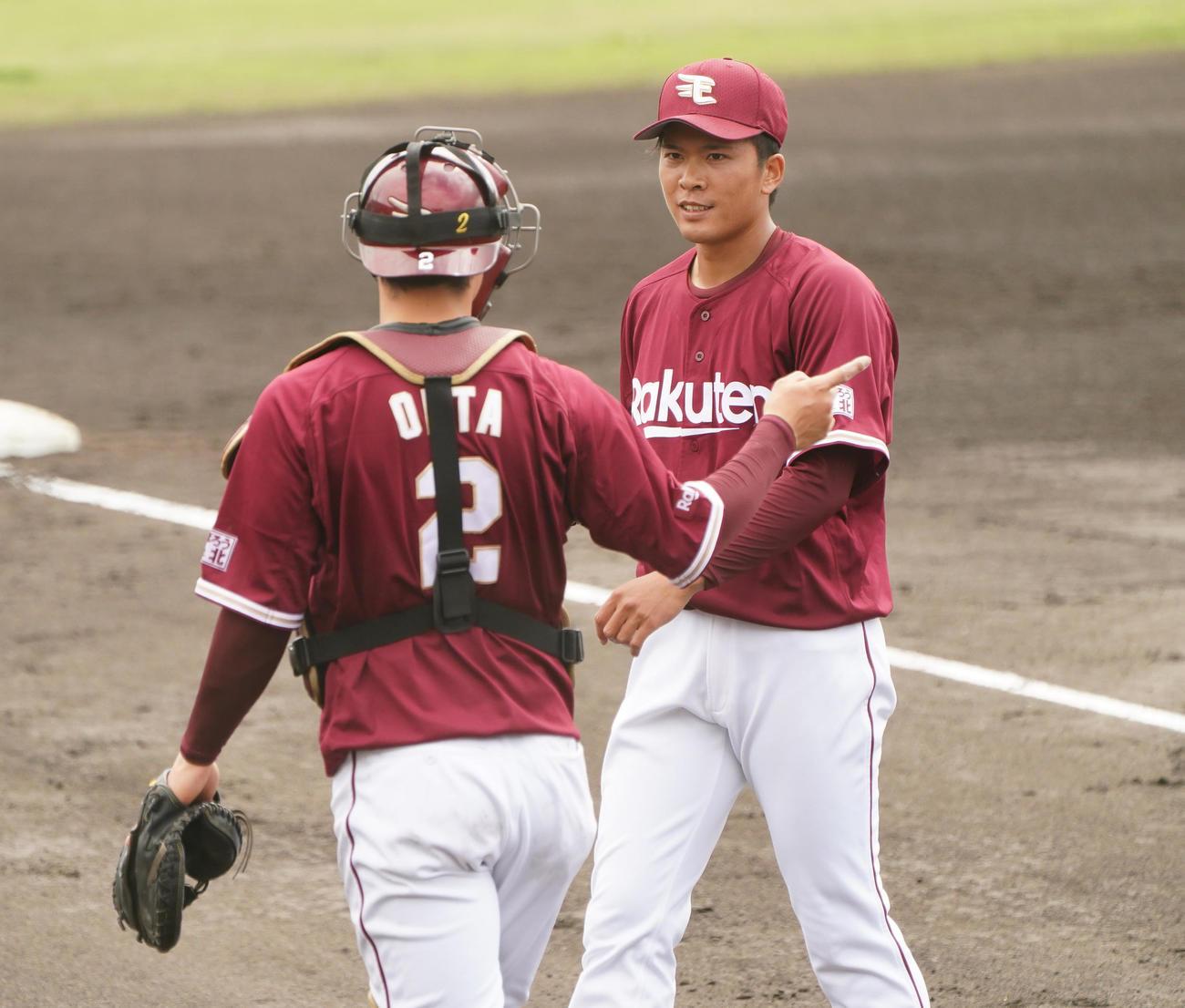 中日との練習試合に先発し、初回の投球を終えた楽天早川は、捕手太田(左)と話しながらベンチに戻る(撮影・菅敏)