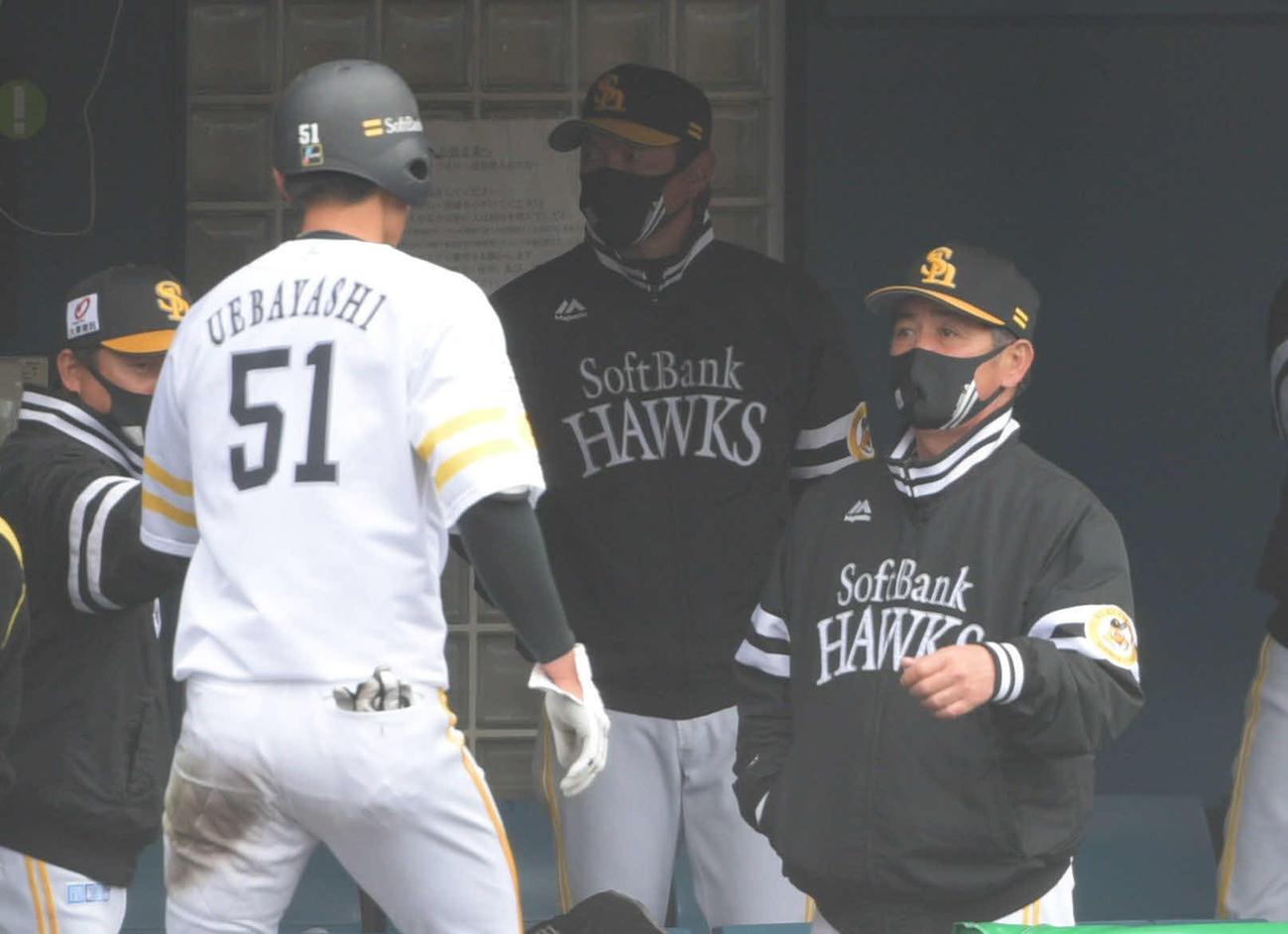 ソフトバンクオリックス練習試合 2回裏ソフトバンク2死二塁、上林誠知は適時塁打を放ち代走を送られベンチで工藤公康監督(右)に迎えられる(撮影・渦原淳)