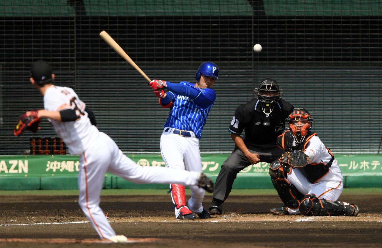 巨人対DeNA 3回表DeNA1死一塁、中前打を放つ田中俊(撮影・横山健太)