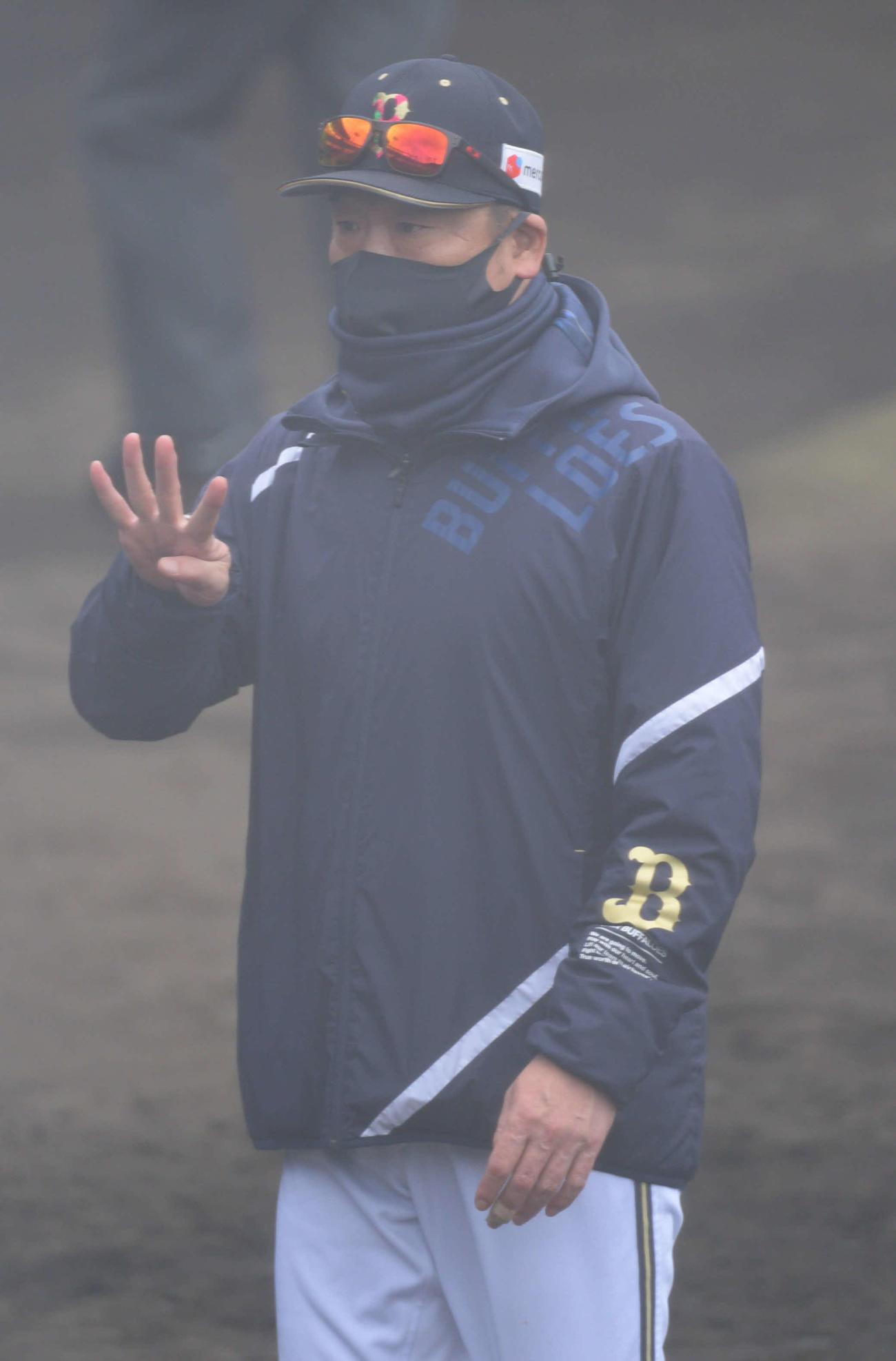 ソフトバンクオリックス練習試合 7回表の攻撃を終え選手交代告げたオリックス中嶋聡監督(撮影・渦原淳)