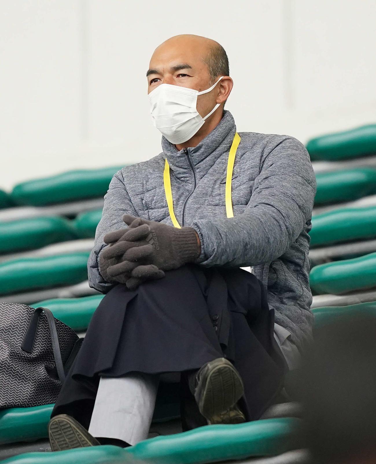 2月17日、巨人対広島を見る和田一浩氏