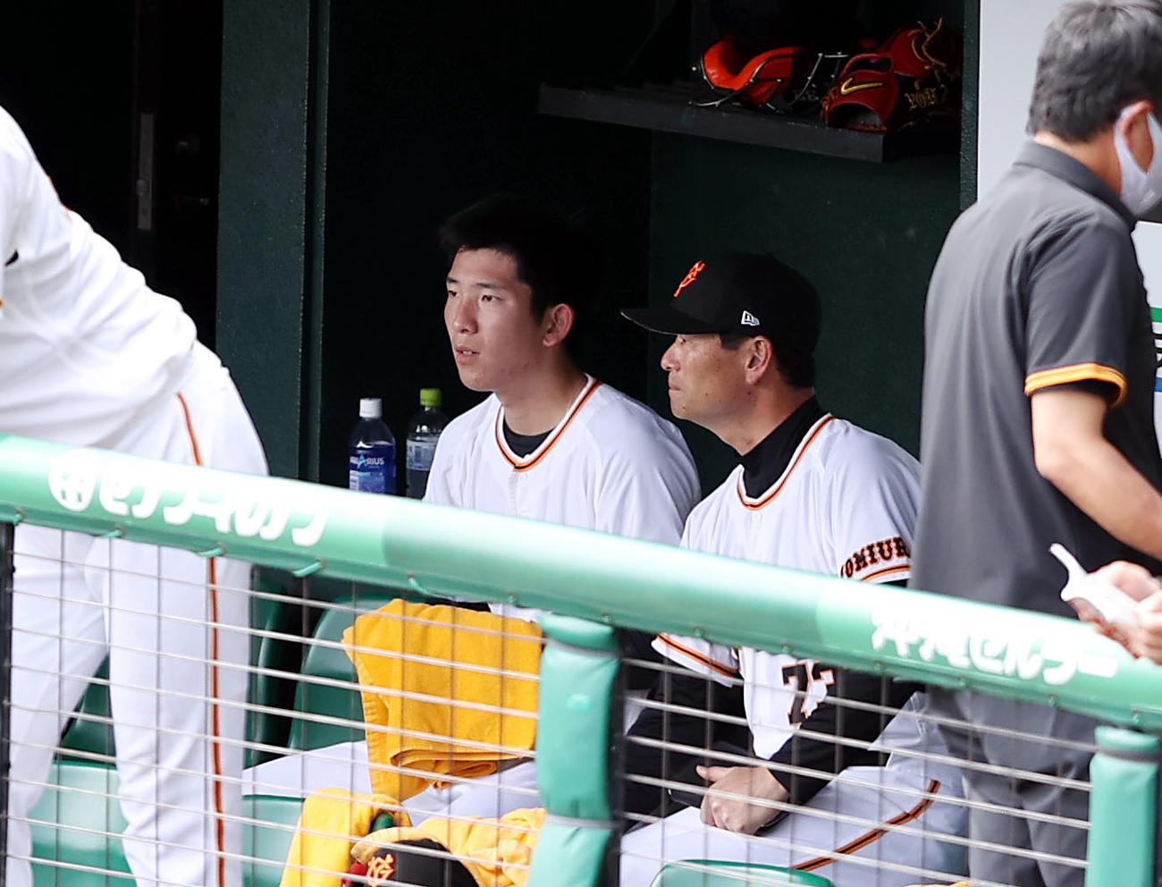 巨人対DeNA 3回表を終え、桑田投手チーフコーチ補佐(右)と話をする戸郷(撮影・狩俣裕三)
