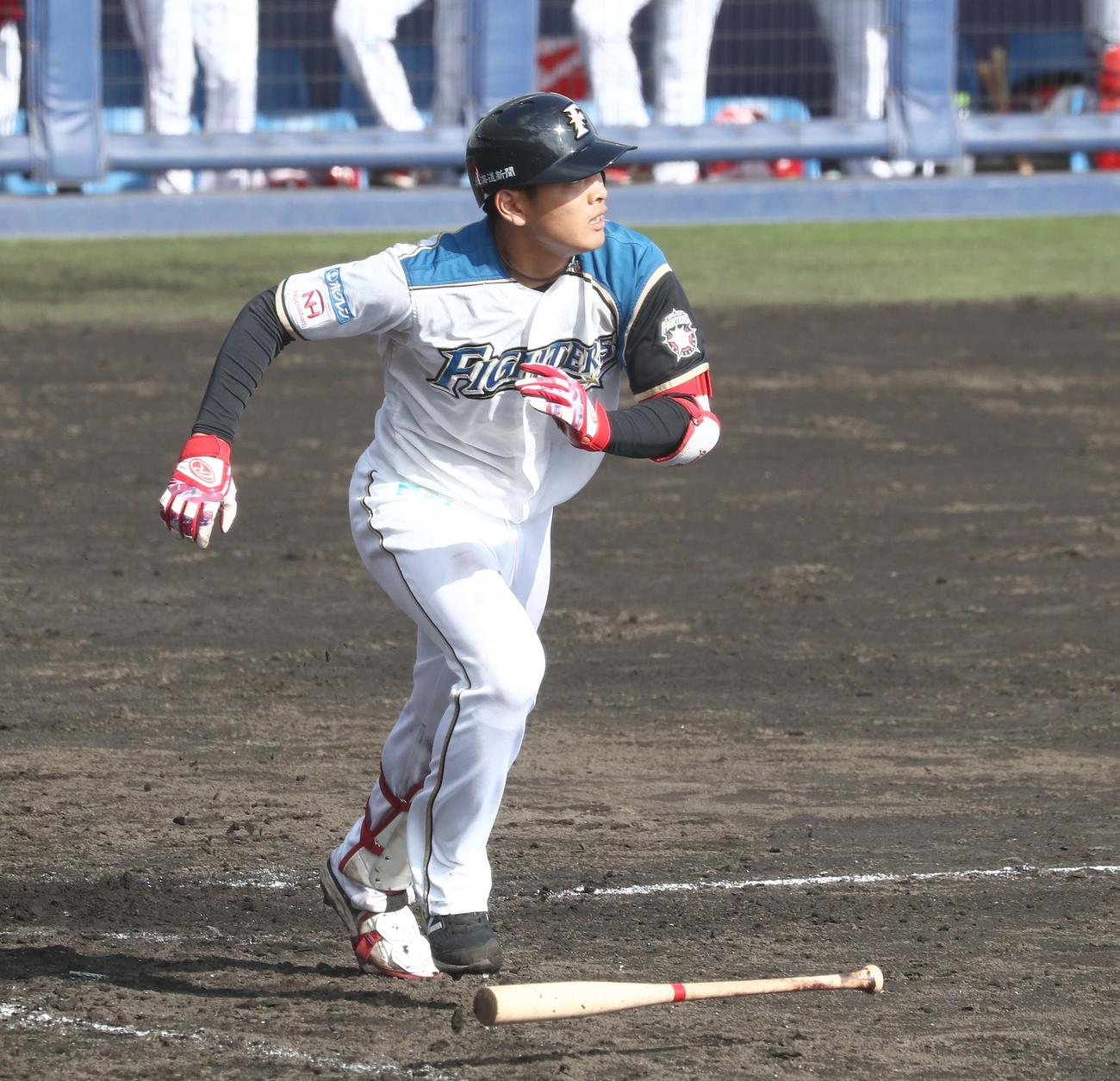 練習試合 日本ハム対広島 8回裏日本ハム2死二塁、左越え適時二塁打を放つ野村(撮影・黒川智章)