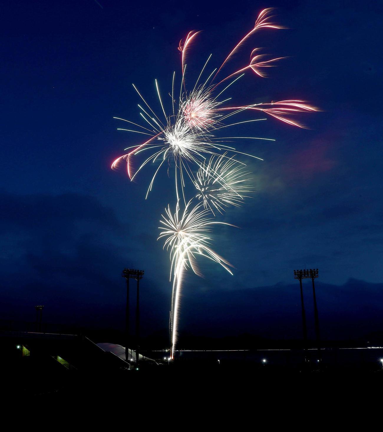 日本ハムのキャンプ地で選手らへの感謝を込めて花火が打ち上げられた(撮影・黒川智章)