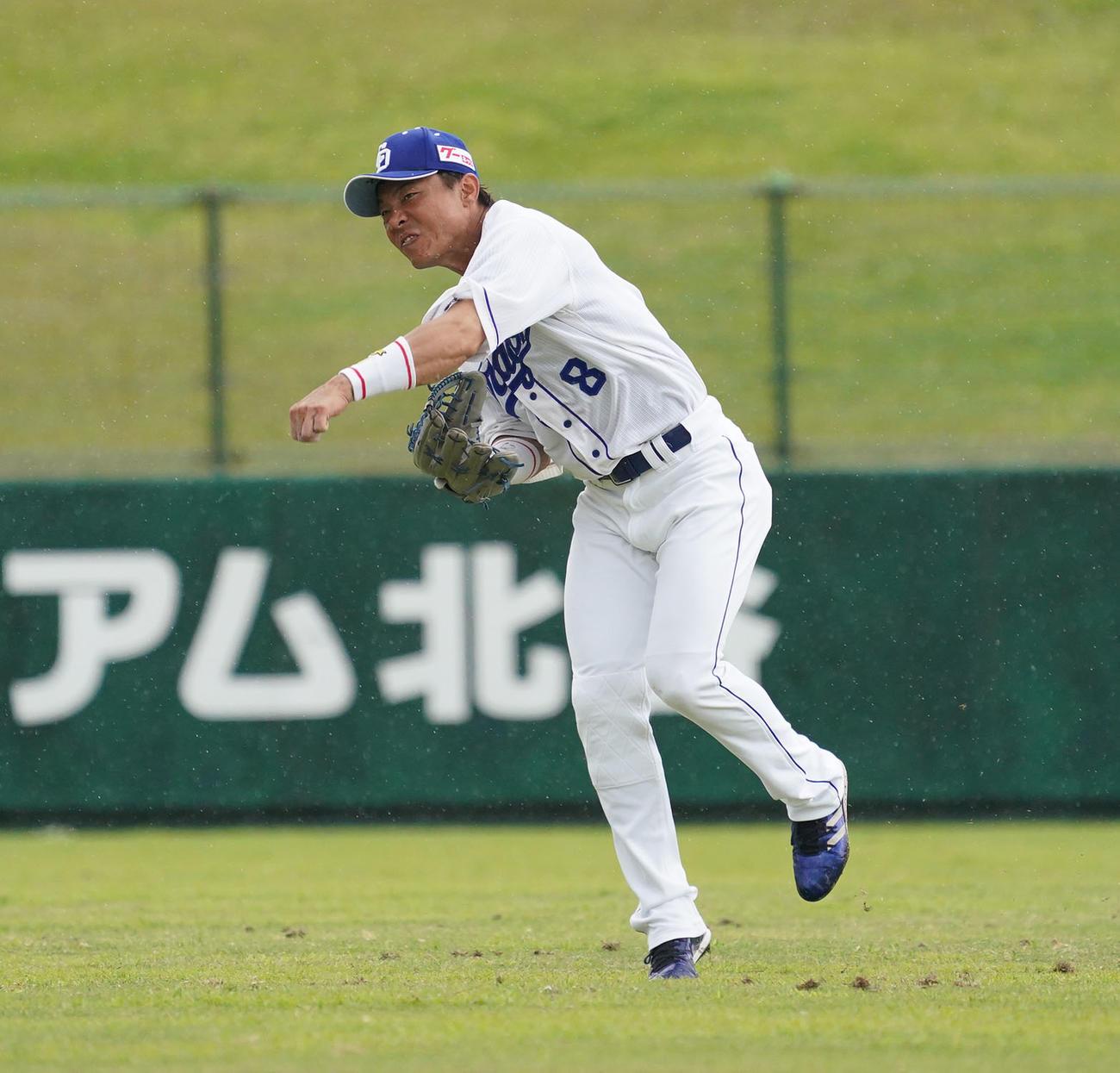 練習試合・中日対楽天 5回表楽天1死二塁、田中和基の打球を捕球し本塁へ送球する大島洋平(撮影・森本幸一)