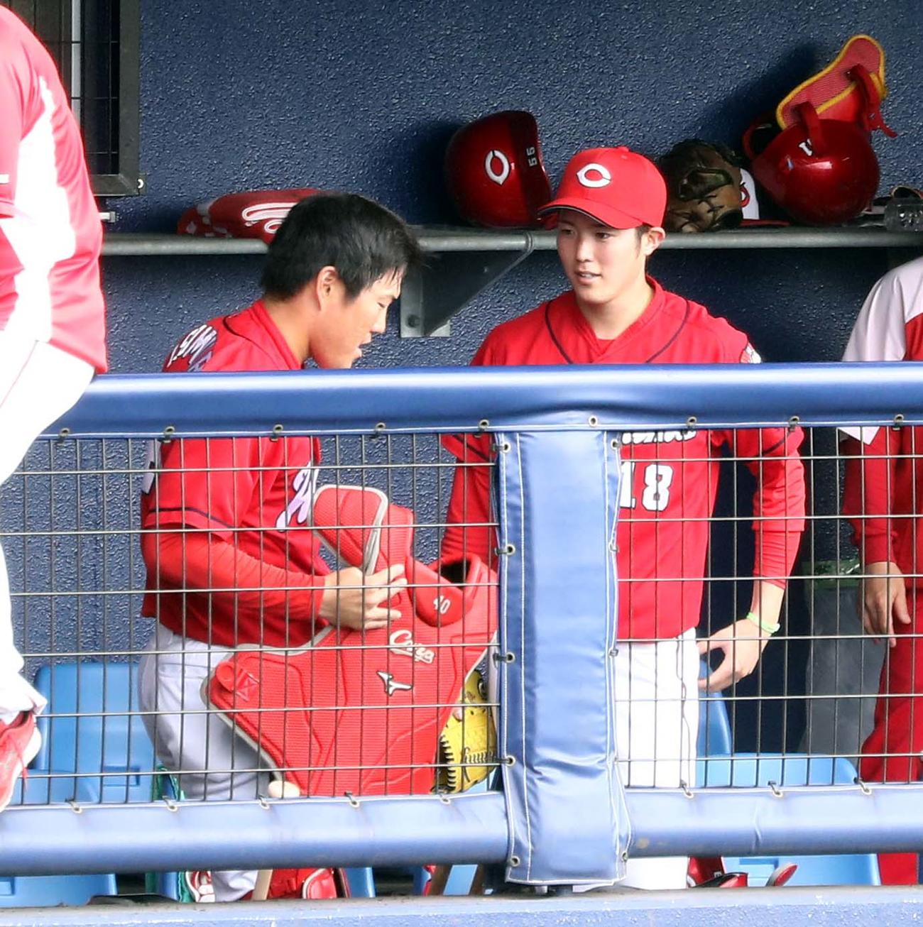 練習試合 日本ハム対広島 ベンチで磯村(左)と話す森下(撮影・黒川智章)