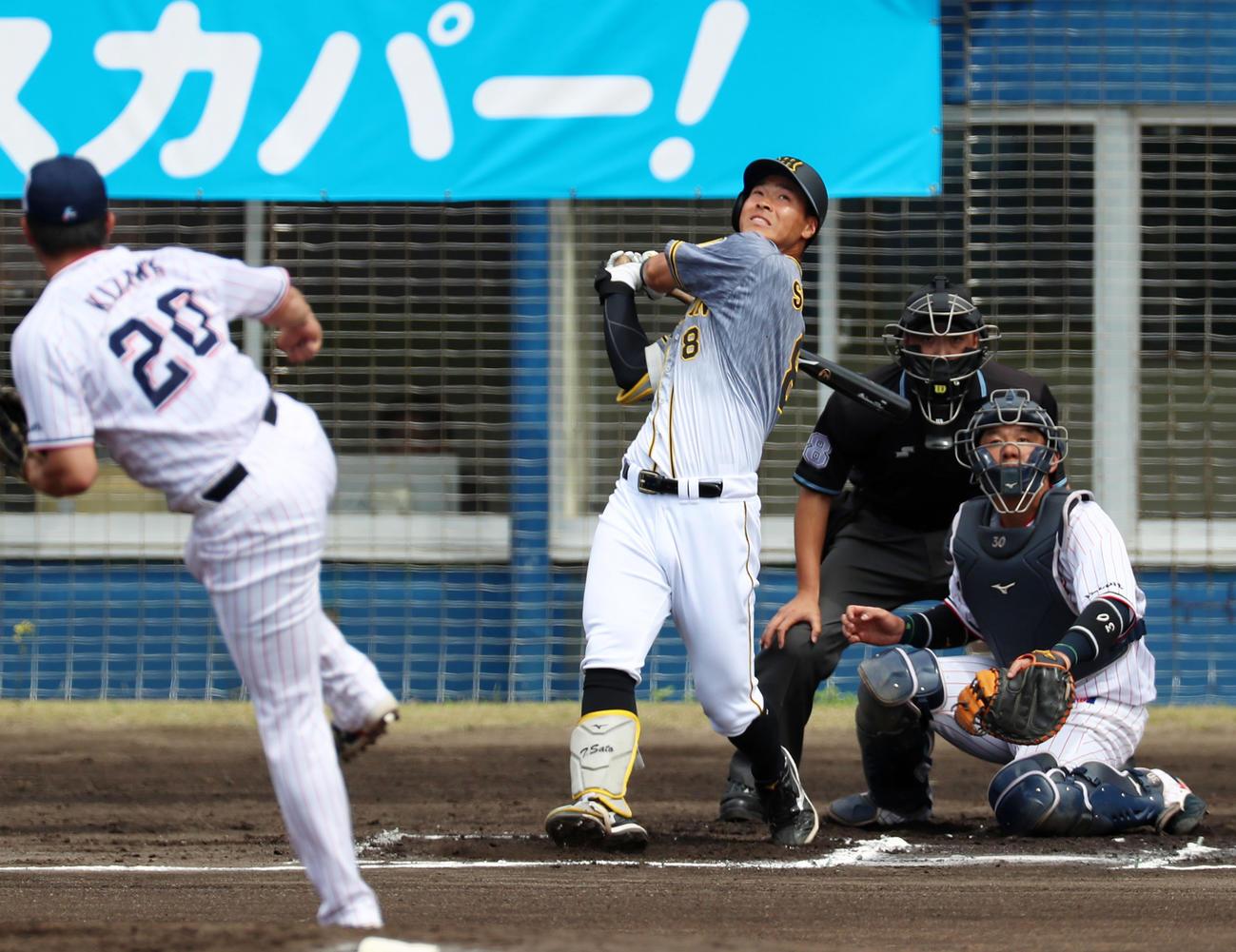 1回表阪神1死一塁、佐藤輝は左越え適時二塁打を放つ。投手は木沢(撮影・加藤哉)