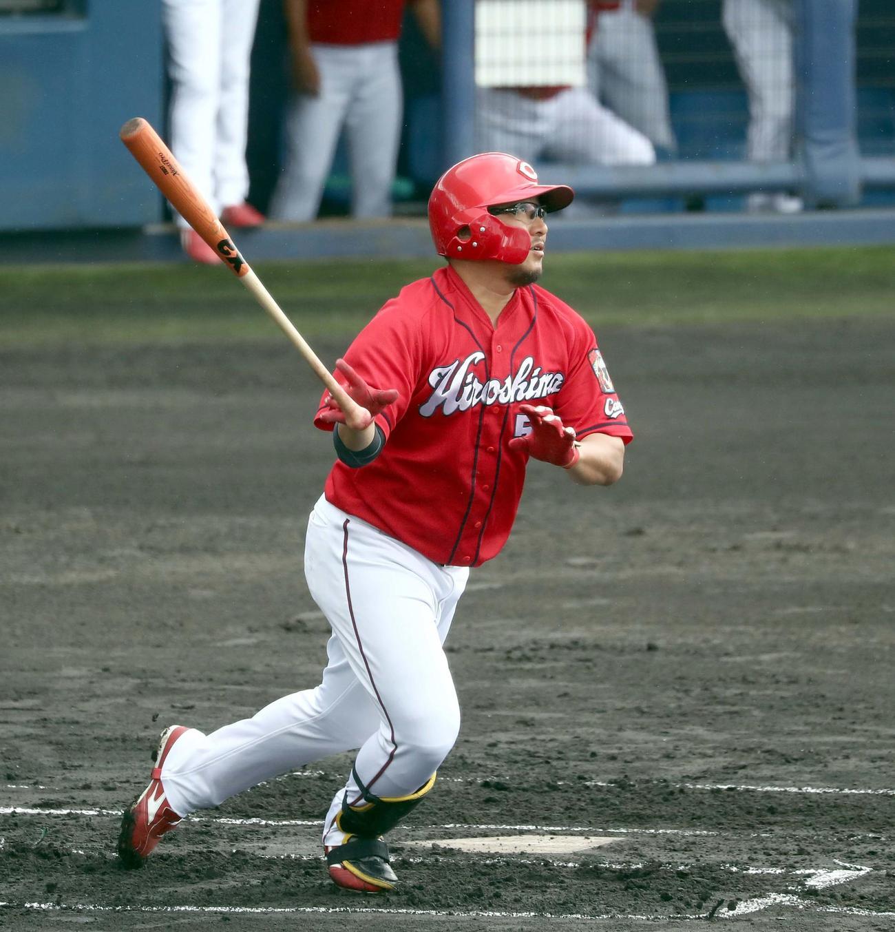 練習試合 日本ハム対広島 1回表広島2死二塁、右越え2点本塁打を放つ松山(撮影・黒川智章)