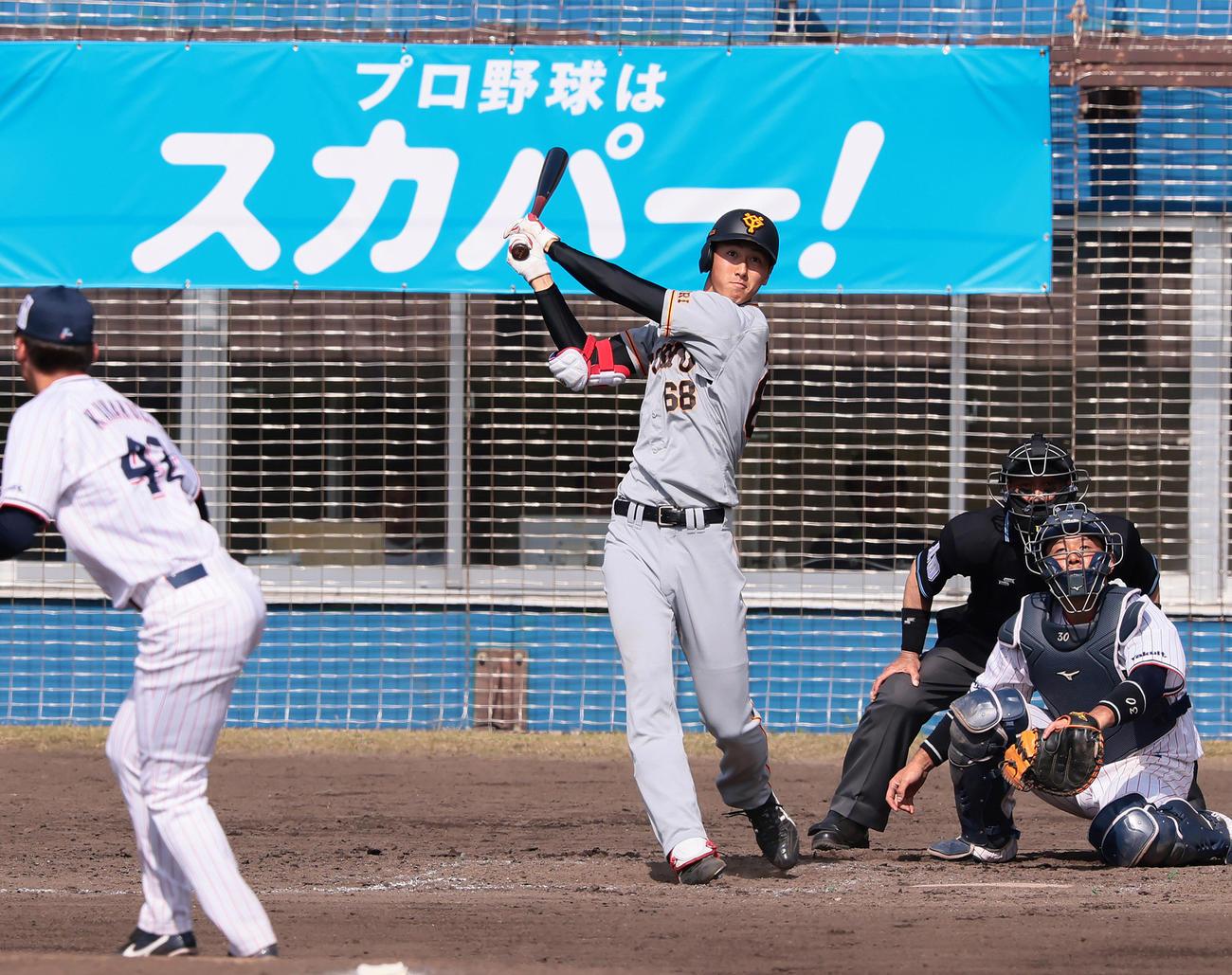 練習試合ヤクルト戦で中越え適時二塁打を放つ巨人秋広優人(2021年2月23日撮影)