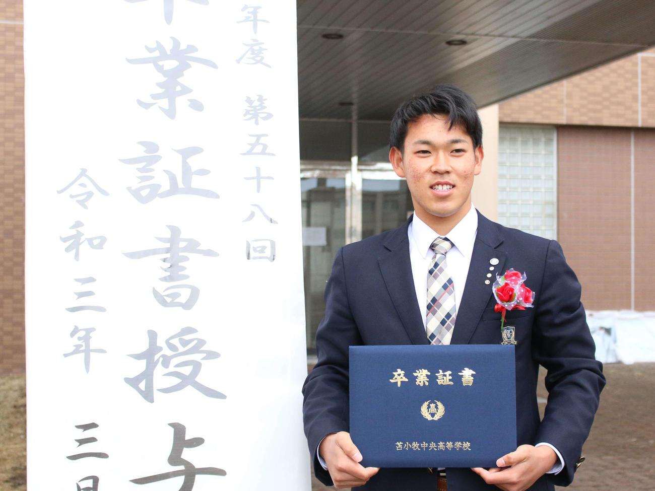 苫小牧中央の卒業式に出席した日本ハムのドラフト5位根本(撮影・木下大輔)