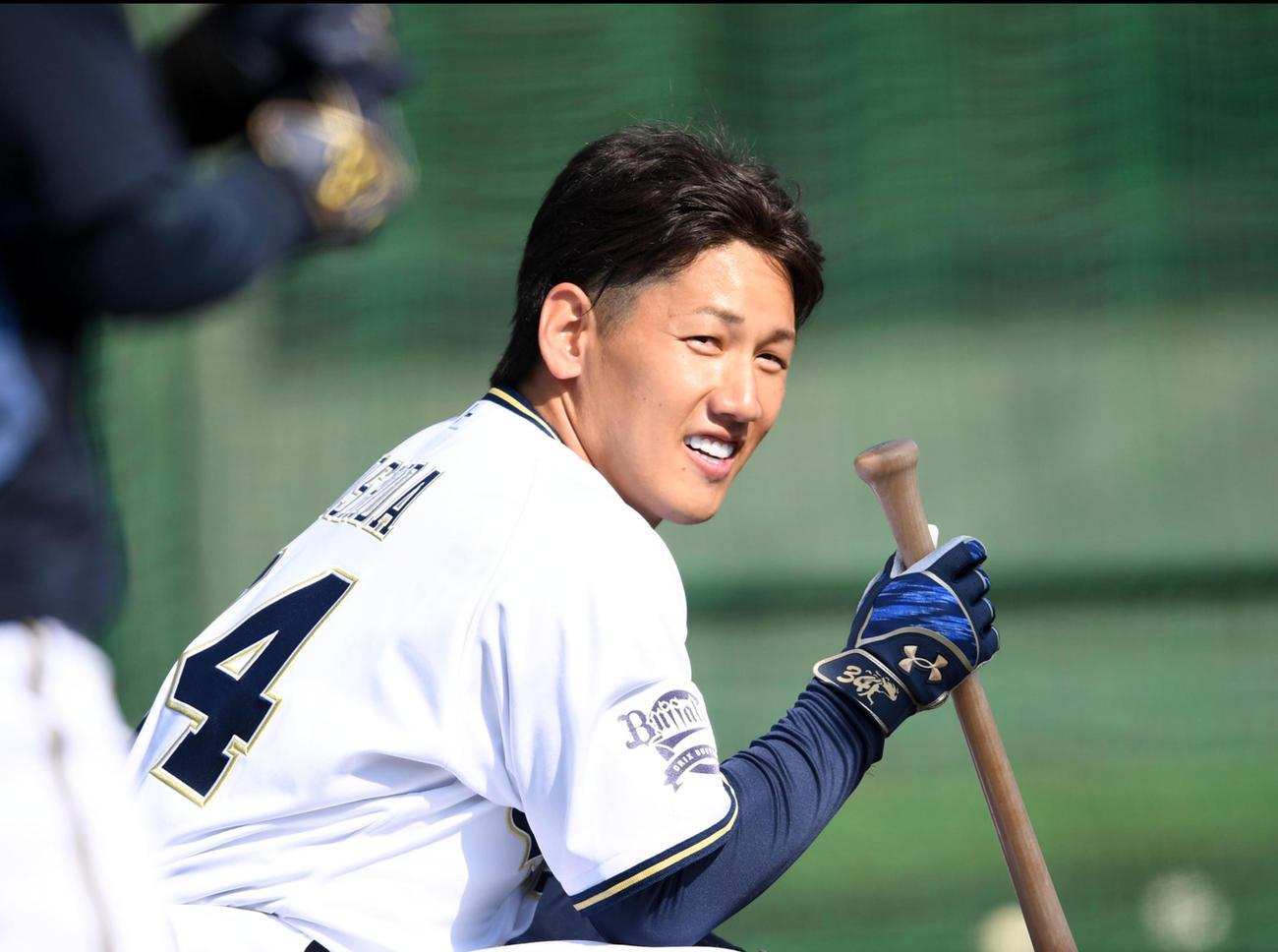練習で笑顔を見せる吉田正尚(2021年2月2日撮影)