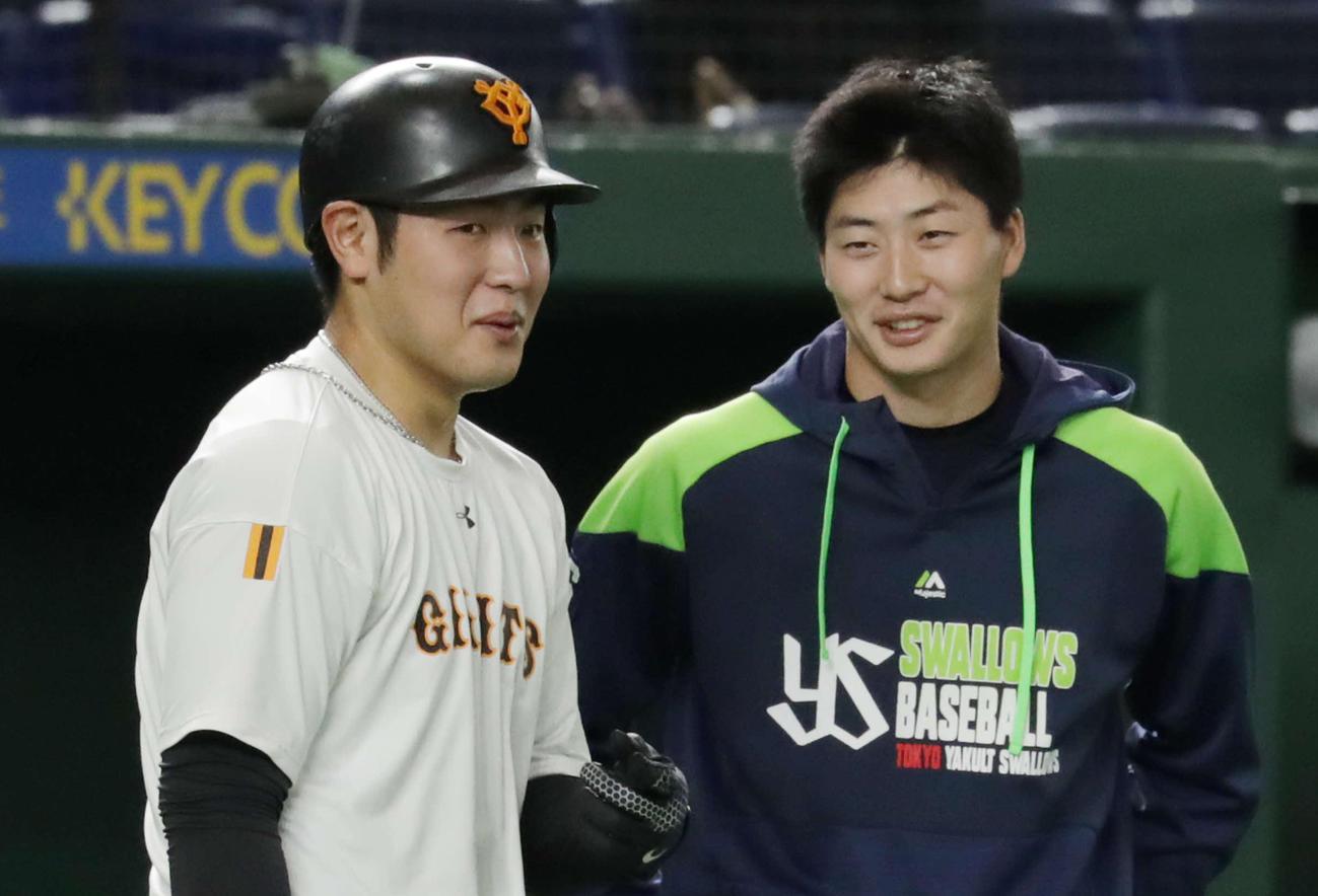 20年11月、試合前に巨人岡本和(左)と談笑するヤクルト広岡