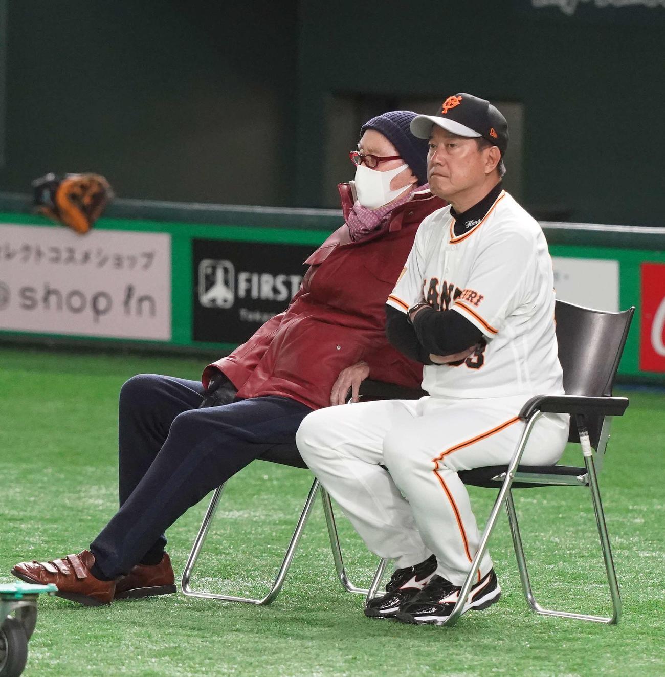 巨人練習を視察する長嶋終身名誉監督(左)。右は原監督(撮影・江口和貴)