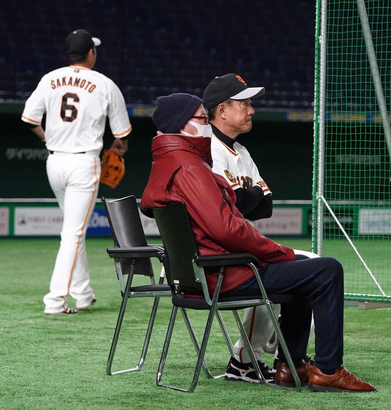 巨人練習を視察する長嶋終身名誉監督。右は原監督(撮影・江口和貴)